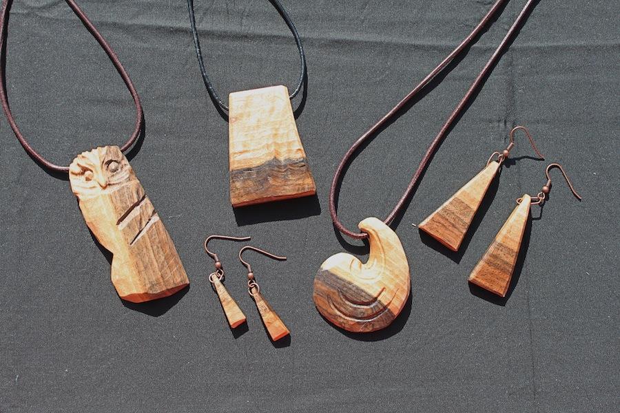 Holzschmuck  Holz-Schmuck | Bildhauerei Anne Wiegand